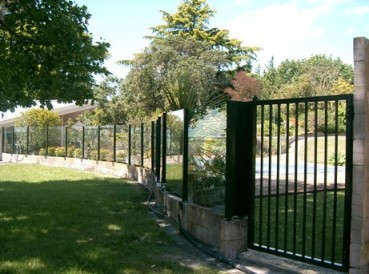 Powder coated aluminium stanchions with clear glass and no top rail 1